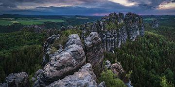 Schrammsteine dans les montagnes de grès de l'Elbe au coucher du soleil sur Jean Claude Castor