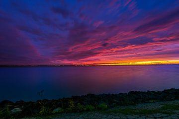 Kleurexplosie tijdens zonsondergang van