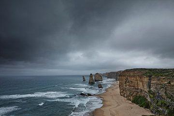 De kustlijn van het Twelve Apostles nationaal Park op een bewolkte dag van
