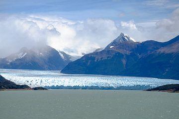 Perito-Moreno-Gletscher zwischen den Bergen von Geert Smet