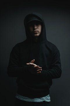 Cooler Rapper mit Hoodie und Cap klatscht in die Hände von Besa Art