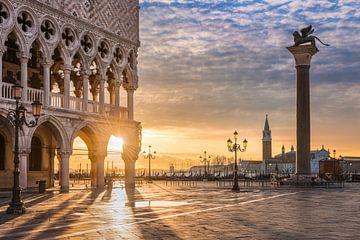 Zonsopgang bij het San Marco plein in Venetië van Michael Abid