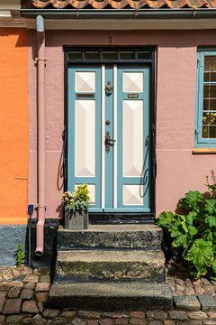 Kleurkijk huisje met mooie deur van Axel Weidner
