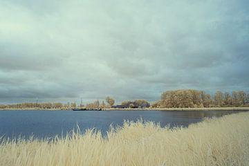 See mit einem Boot in Infrarot, in Gelb- und Blautönen von Gea Veenstra