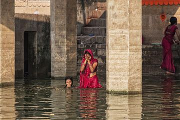 Hindoe vrouwelijke pelgrims nemen een bad in dede GangesVaranasi, Uttar Pradesh, India van Tjeerd Kruse