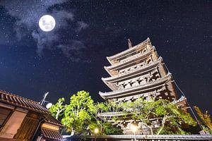 Oude Japanse tempel onder het schitterende maanlicht van Michiel Ton