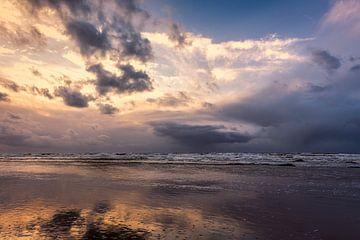 Noordzee met neerslag wolken tijdens zonsondergang van eric van der eijk