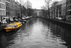 Gele rondvaartboot in de Amsterdamse grachten van Sander Jacobs
