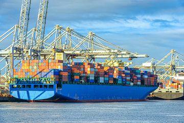 Containerschip in de haven van Rotterdam bij de containerterminal van Sjoerd van der Wal