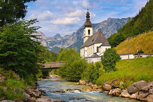 Alpenlandschaft mit Kirche und Bach in Ramsau von iPics Photography
