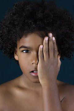 Junge mit Hand für Gesicht von Iris Kelly Kuntkes