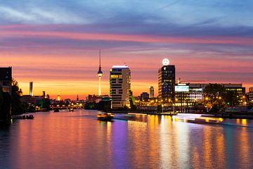 Berliner Skyline an der Spree im Sonnenuntergang von Frank Herrmann