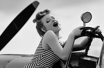 Lächeln klassische Pin-up mit Spitfire von Eddie Meijer