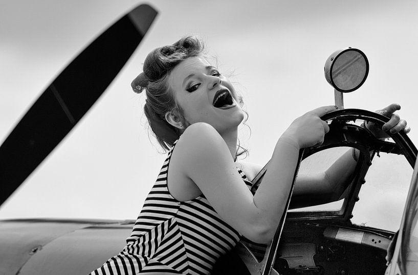 Lachende klassieke pin-up met Spitfire van Eddie Meijer