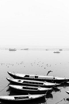 De ganges in de mist, vanaf de waterkant in Varanasi