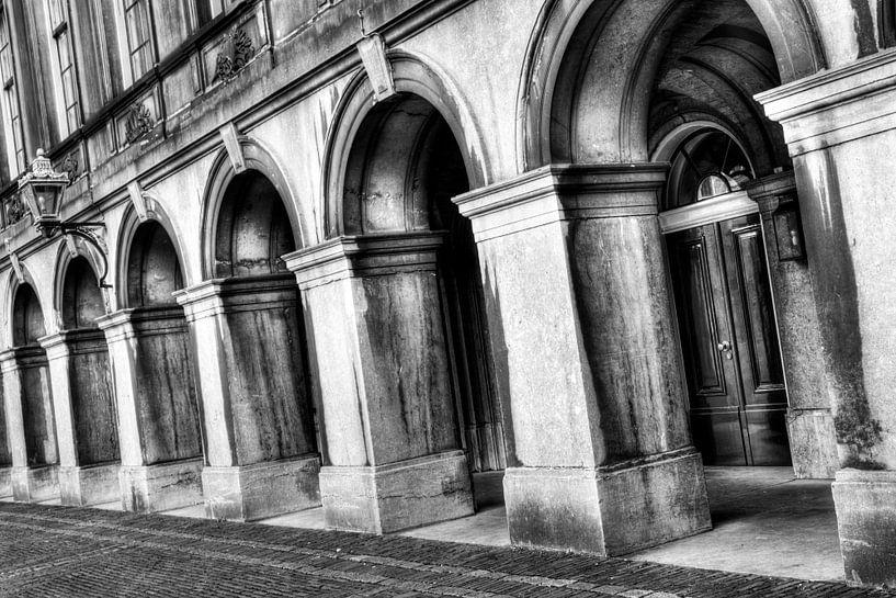 Zwart-wit Poorten binnenhof Den Haag van Dexter Reijsmeijer