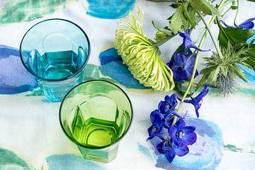 Zwei farbige Wassergläser in Blau- und Grüntönen von Idema Media