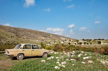 Oude lada in het Armeense landschap van Anne Hana