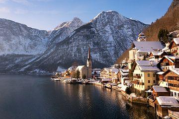 Hallstatt in Österreich im Schnee im Winter von iPics Photography