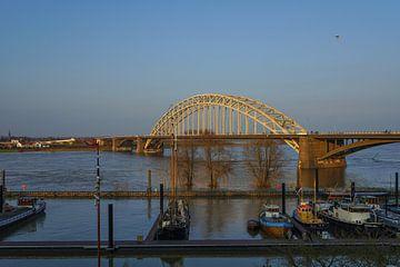 Hoog water in Nijmegen van Alice Berkien-van Mil