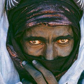 Sahara woestijn.  Portret van Toeareg man. van Frans Lemmens