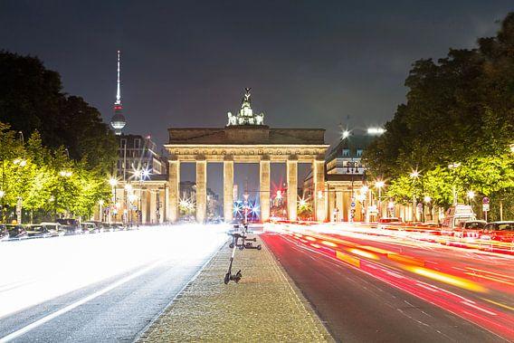 Brandenburger Tor Berlin met televisietoren en lichtsporen