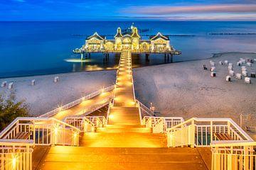 RÜGEN Beleuchtete Seebrücke in Sellin zum Sonnenaufgang von Melanie Viola