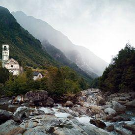 Valle Verzasca in Zwitserland - rivier en kerk van Bart van Eijden