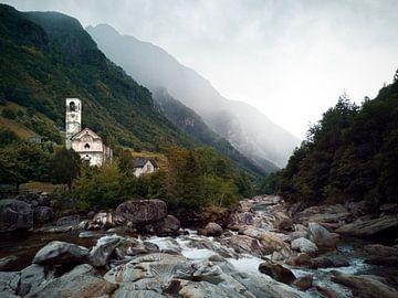 Valle Verzasca in der Schweiz - Fluss und Kirche von Bart van Eijden