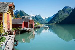 Fjord met boothuis en bergen in Noorwegen