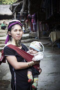 Langnek vrouw met baby van Karel Ham