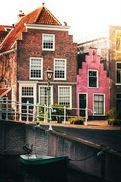 Typische huisjes aan de gracht van Edzard Boonen