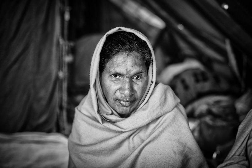 Vrouwlijke sadhoe in het tentenkamp op de Kumbh Mela van haridwar in India. Wout Kok One2expose.nl van Wout Kok