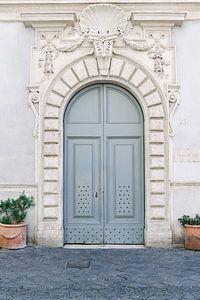 Alte blaue Tür in Rom   Italien   Architektur   Reisefotografie von Mirjam Broekhof