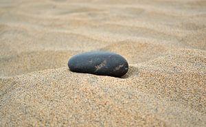 Stein im Sand II van Mathias Kuhn