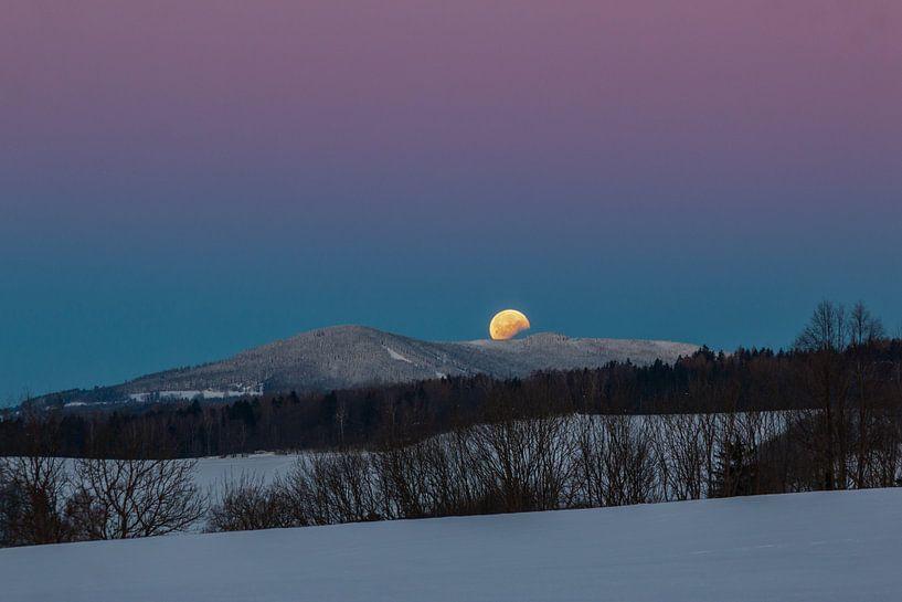 Mondfinsternis im Morgenlicht über dem Schnee von Gerben Tiemens