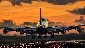 Vliegtuig landend tijdens sunset van