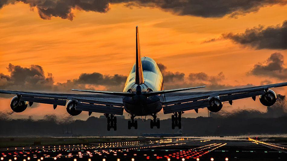 Vliegtuig landend tijdens sunset