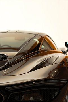 Detail van de achterkant van de McLaren 720s in Bourbon kleur van Leoniek van der Vliet