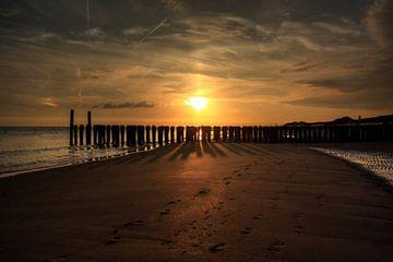 Sonnenaufgang am Strand  Zoutelande von MSP Canvas