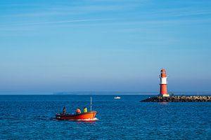 Mole an der Küste der Ostsee mit Fischerboot in Warnemünde