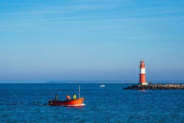 Mole an der Küste der Ostsee mit Fischerboot in Warnemünde von Rico Ködder