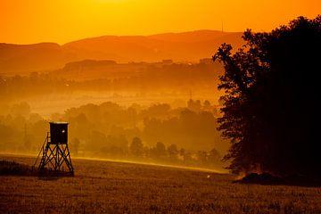 Vogeluitkijkpost bij ondergaande zon von Andy Van Tilborg