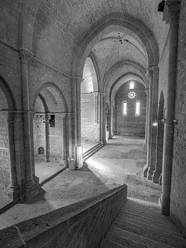 Interieur van een vervallen kerk in Frankrijk van Martijn Joosse