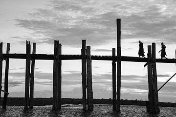 Mönche auf der U'Bein-Brücke in Myanmar von Rowan van der Waal