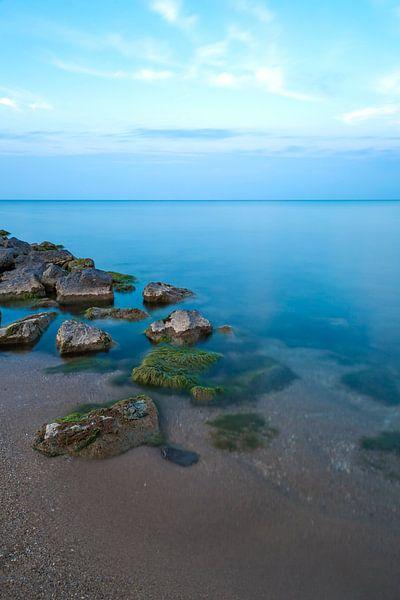 Minimalisme - Strand en een prachtige blauwe gloed van Steven Dijkshoorn