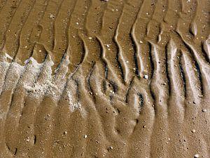 Watersporen op het strand.