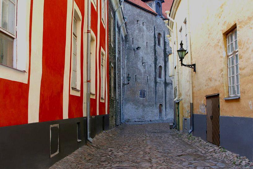 Kleurrijk straatje, Tallinn van Inge Hogenbijl