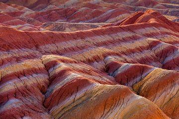 Landschap met rode erosie heuvels bij zonsopkomst van