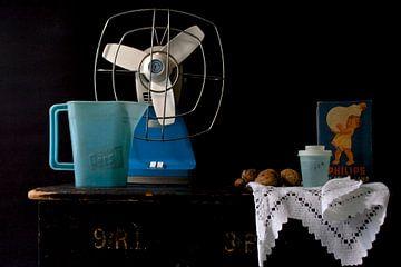 Stilleben mit blauem Retro-Zeug von Therese Brals